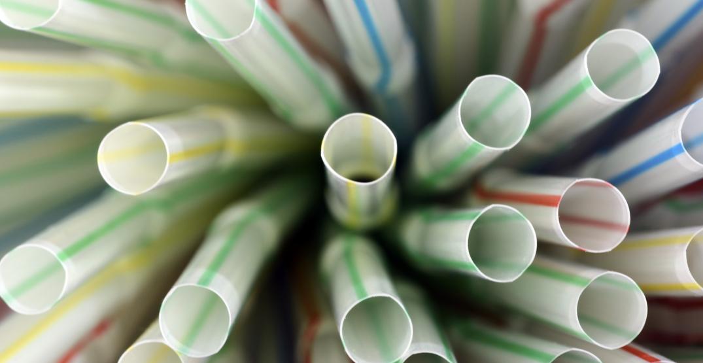 Canadá podría prohibir pajas de plástico pronto